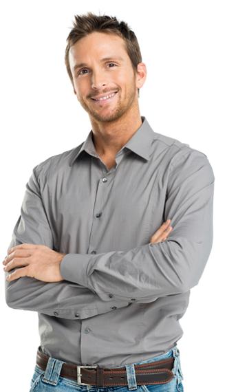 Bilde av en mann som smiler inn i kameraet. Han har på seg en grå skjorte og sitter med armene i kors.